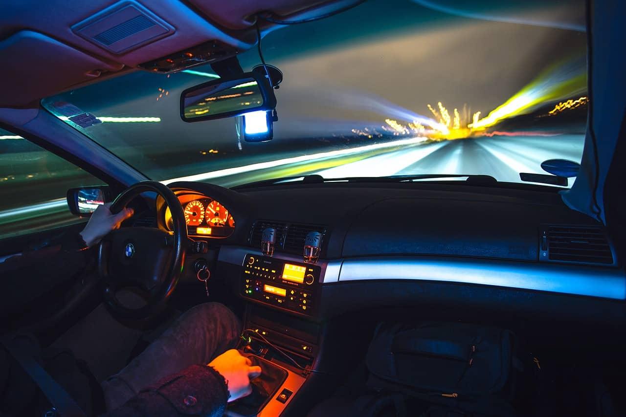 Conduite nocturne sur autoroute