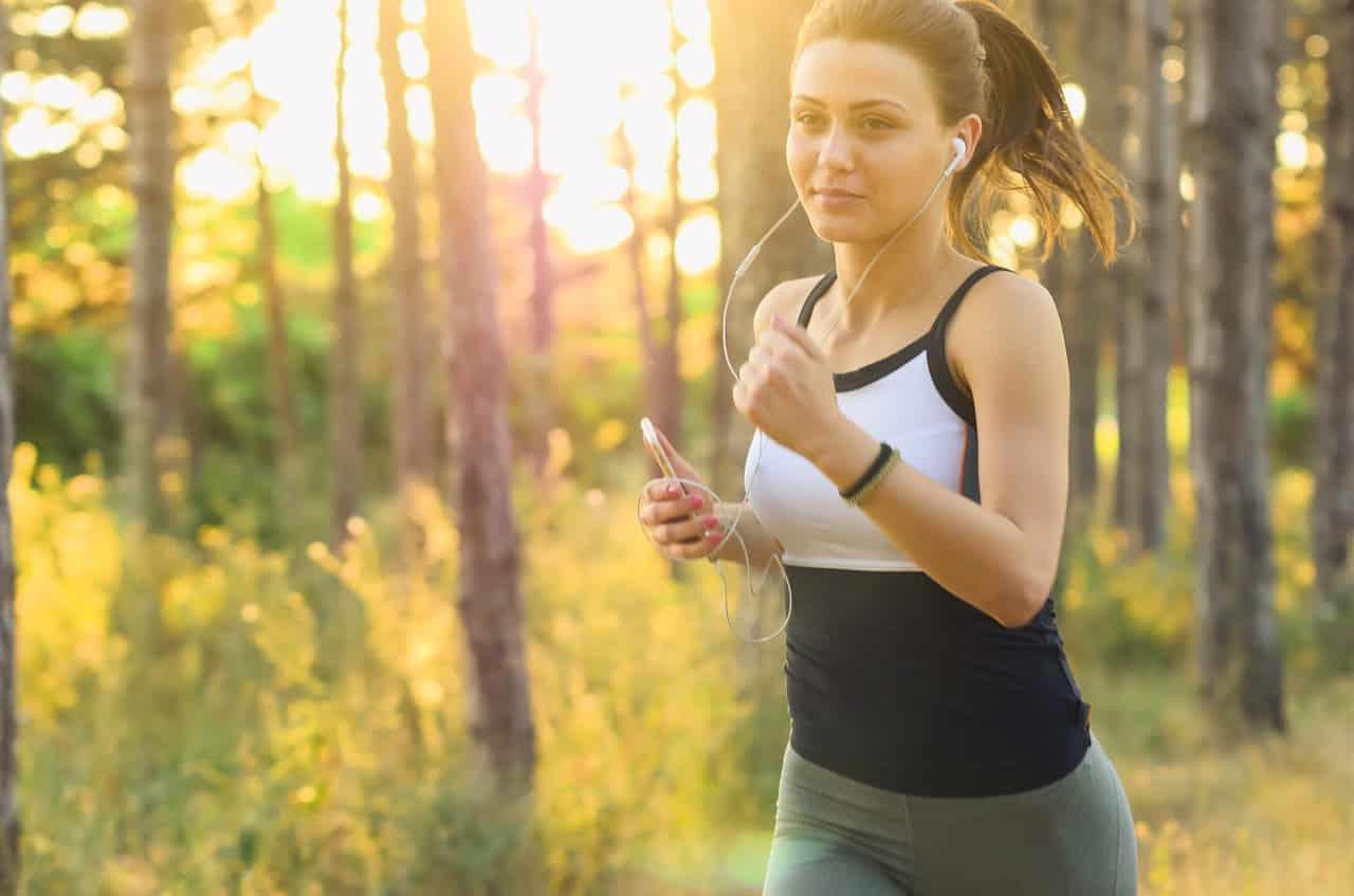 Une femme en plein séance de jogging