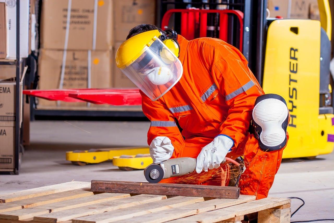 Un employé équipé de ses équipement de sécurité