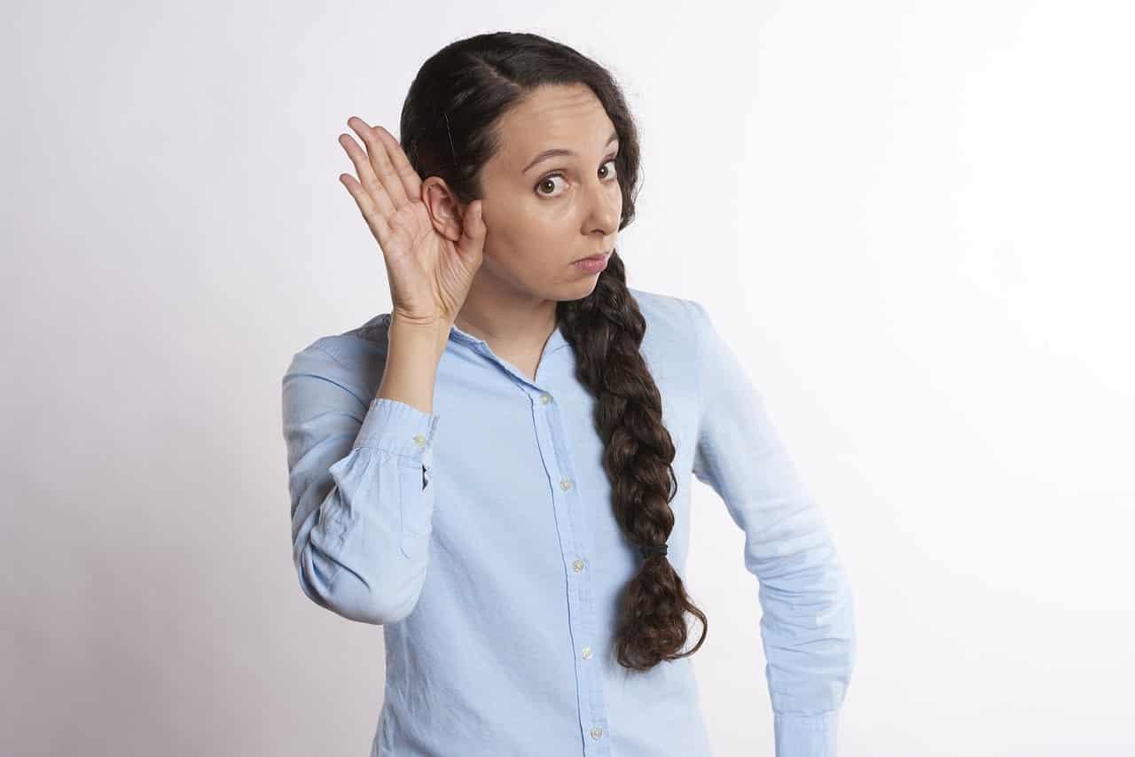 Uen femme qui entend mal