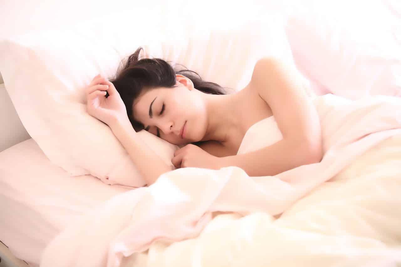 Une femme en sommeil profond