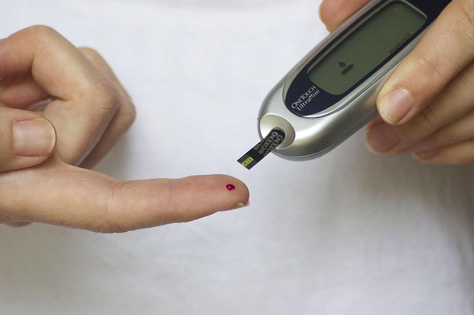 Test de diabète avec une goute de sang