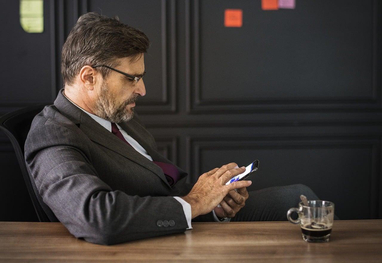 Un utilisateur de smartphone pliable