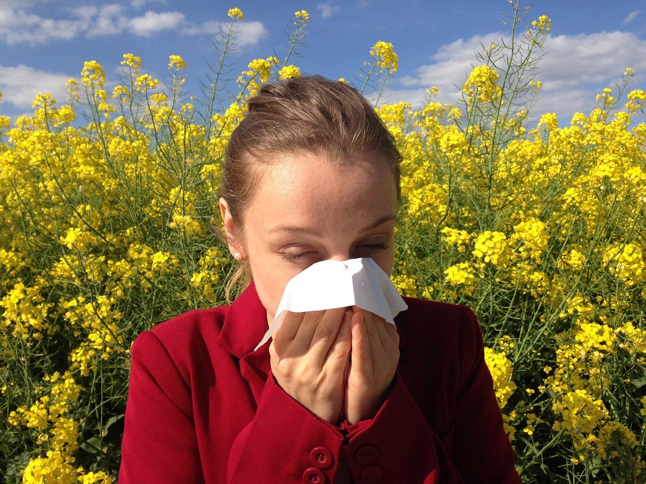 Uen femme en plein crise d'allergie au pollen