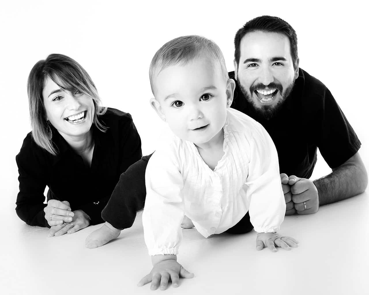Les parents et un petit enfant