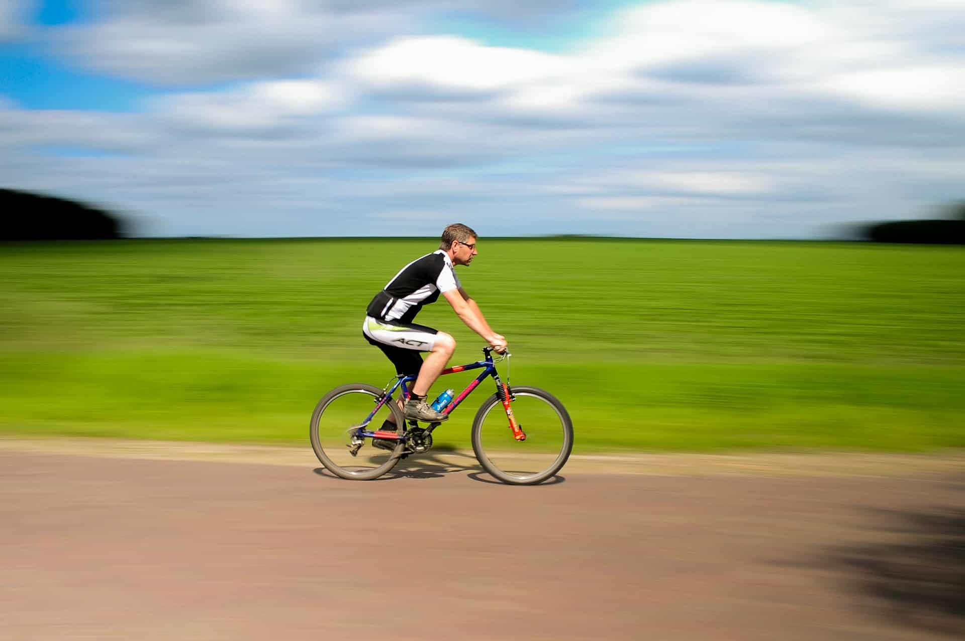 Un homme pratiquant le cyclisme sur route