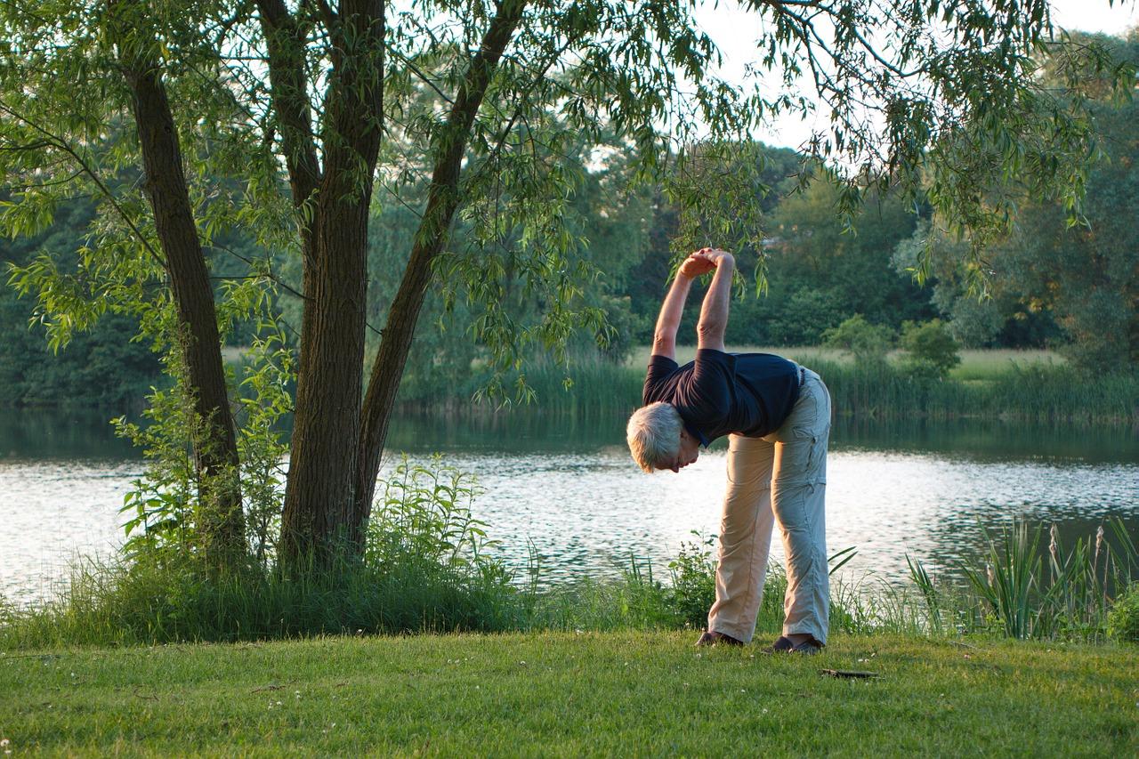Un senior de 50 ans qui fait de l'exercice