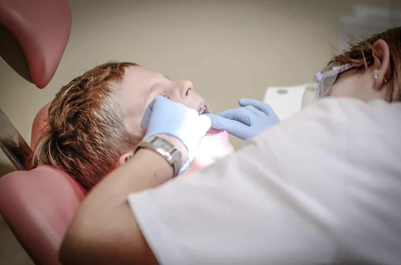 Un dentiste soigne une carie