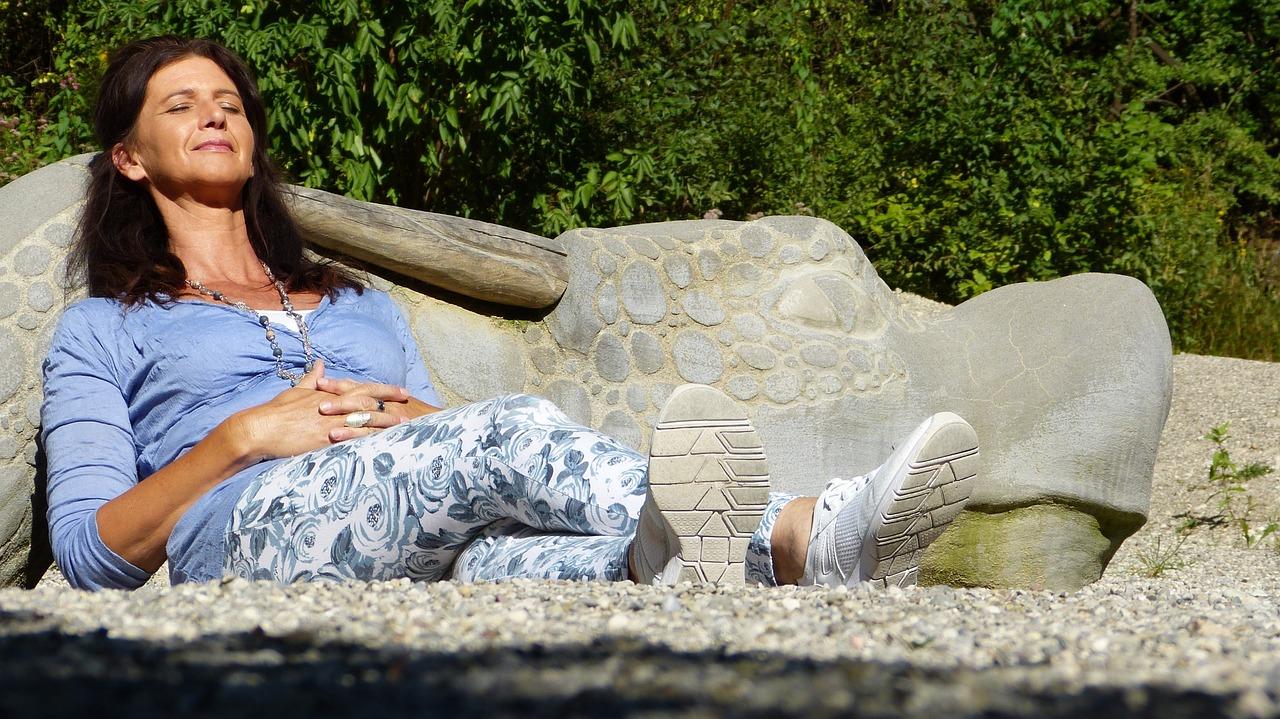 Une femme lutte contre les effets de la ménopause