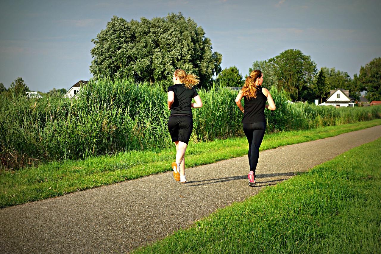Deux femmes qui courent pour maigrir