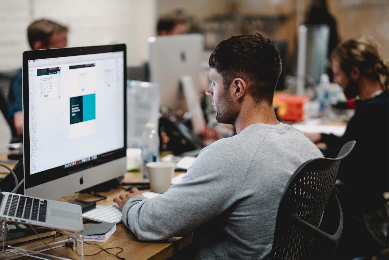 Un informaticien dans un open space bruyant