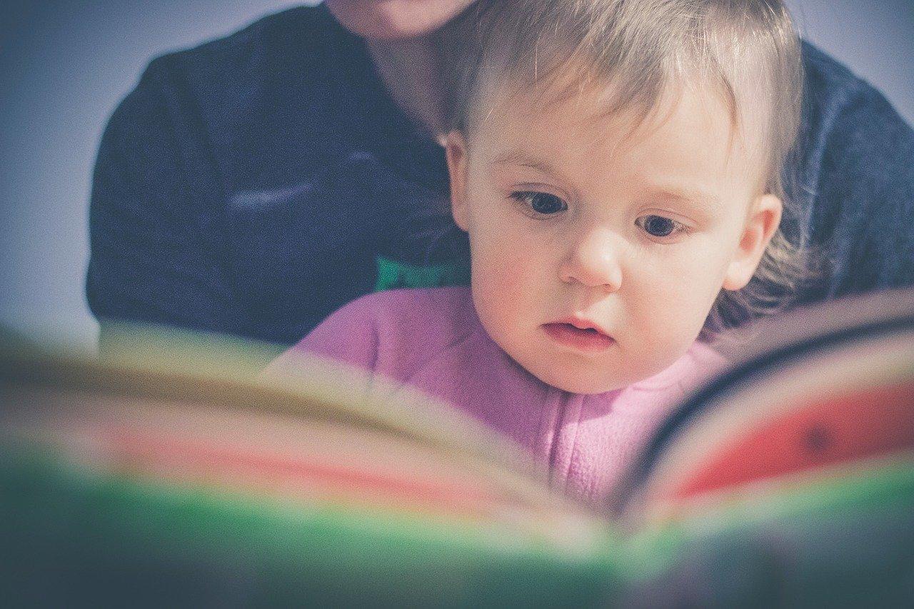 Une maman qui lit un livre à son enfant