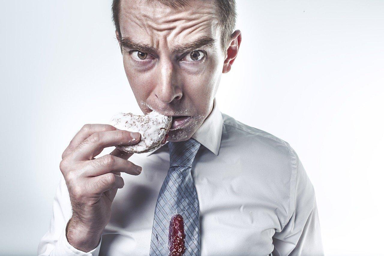 Homme qui mange un gâteau