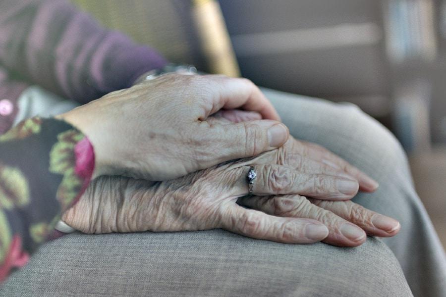 Deux personnes agées se tenant la main