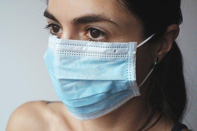 Une femme portant un masque de protection ffp2