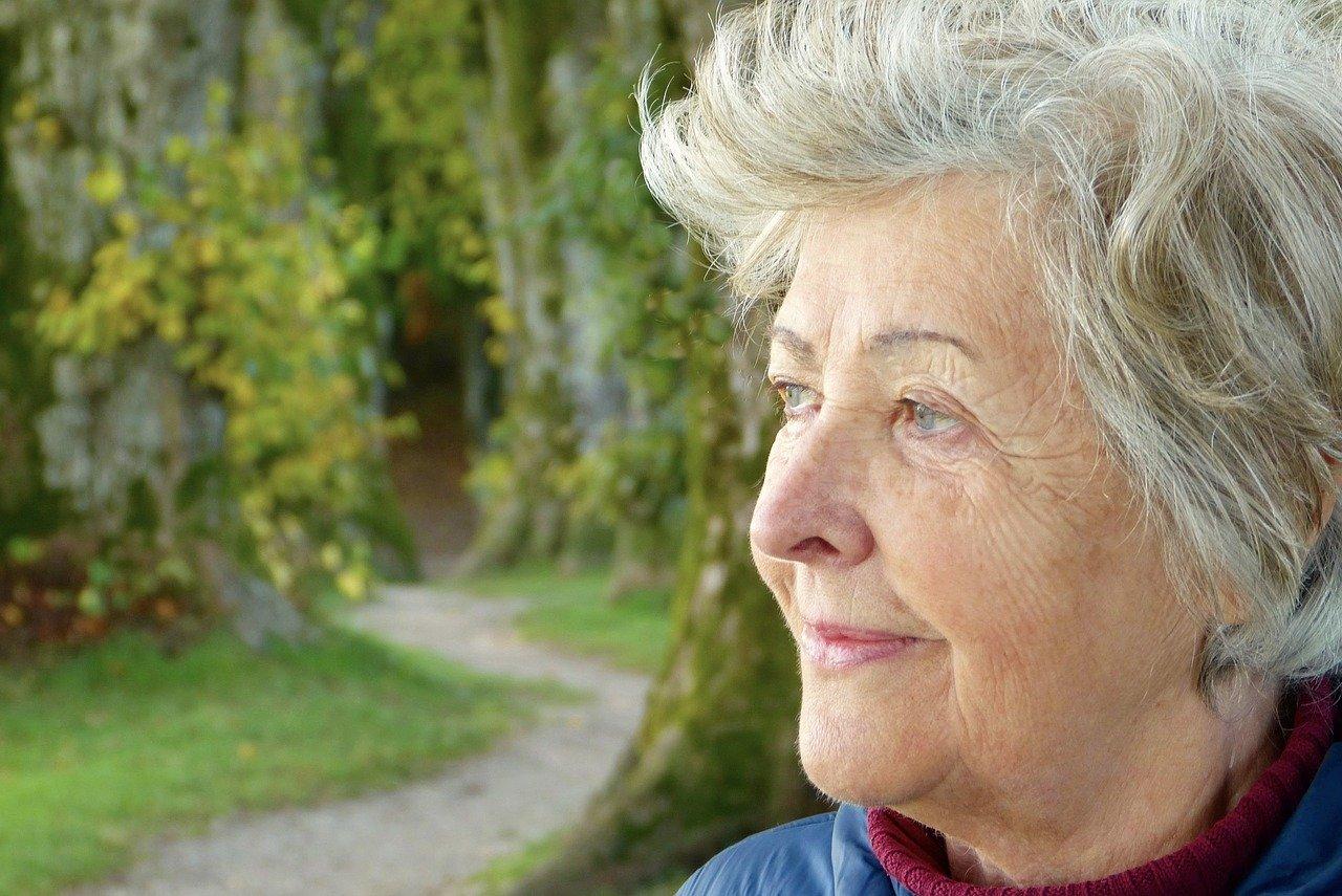 Une femme de 60 ans à la retraite