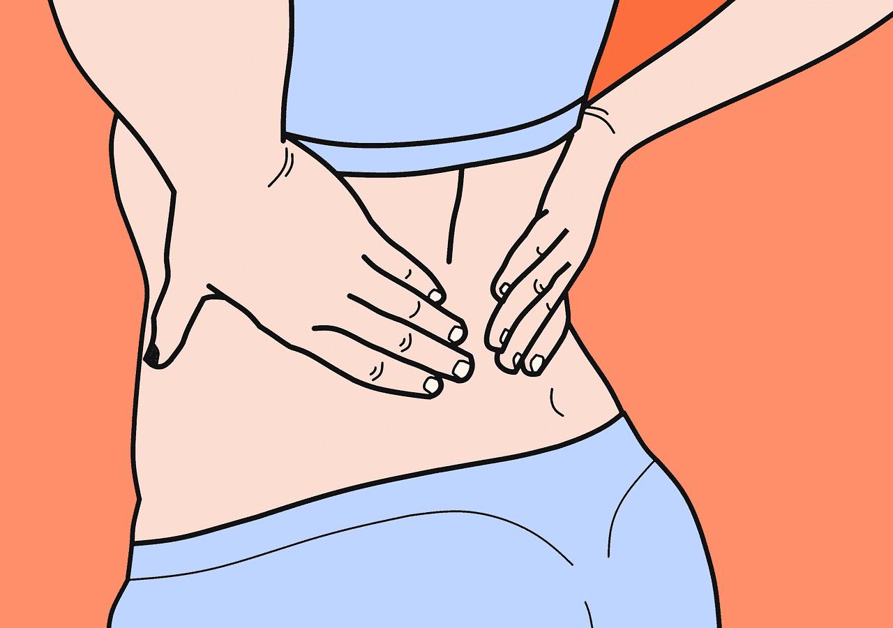 Une femme qui se tient le dos a cause des douleurs
