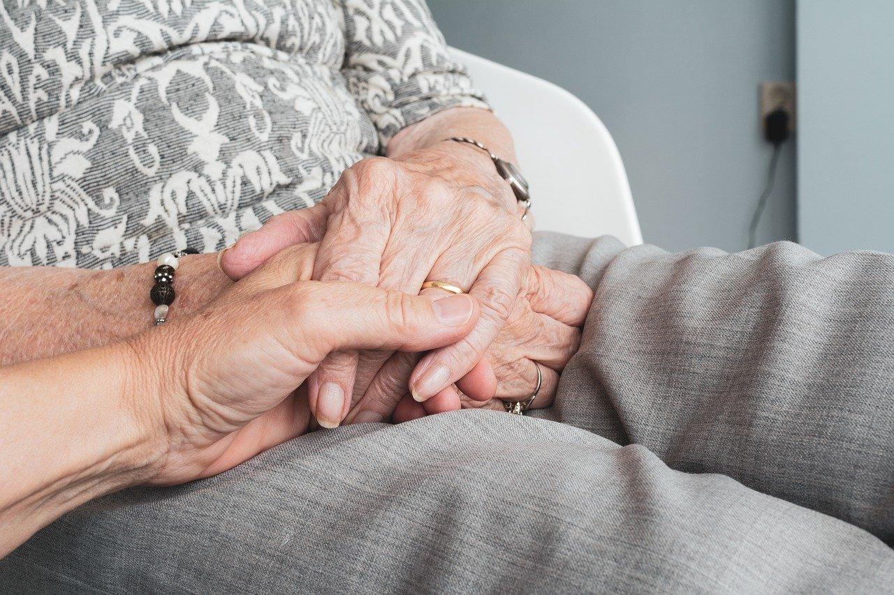Une femme âgée en famille d'accueil